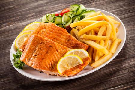 fish and chips: Salm�n frito y veh�culos Foto de archivo