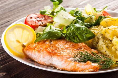plato de ensalada: Salmón y verduras a la parrilla Foto de archivo