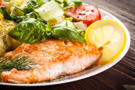 plato de pescado: Salm�n y verduras a la parrilla Foto de archivo
