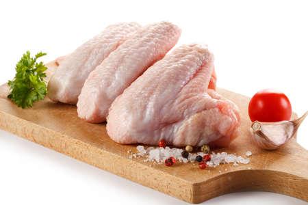 커팅 보드에 원시 닭 날개