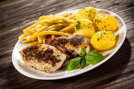 pollo a la plancha: Filetes de pollo frito, patatas cocidas y jud�as Foto de archivo
