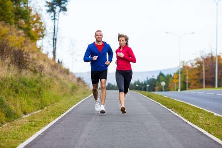 生活方式: 健康的生活方式 - 女人和男人運行
