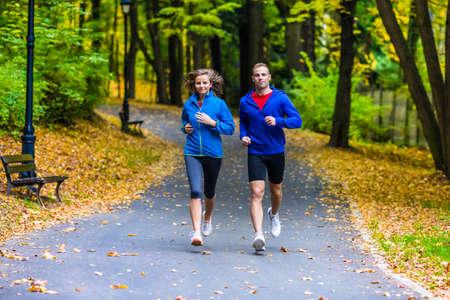 라이프 스타일: 건강 한 라이프 스타일 - 여자와 남자를 실행 스톡 콘텐츠
