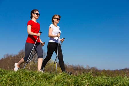 Nordic Walking - personas activas trabajando al aire libre Foto de archivo - 45219036