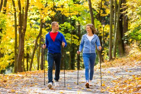 parejas caminando: Nordic Walking - personas activas trabajando al aire libre Foto de archivo
