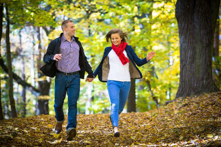 parejas caminando: Estilo de vida saludable - mujer y hombre corriendo en el parque