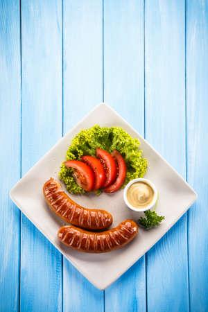 carne asada: embutidos y verduras a la parrilla Foto de archivo