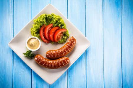 saucisse: saucisses et légumes grillés
