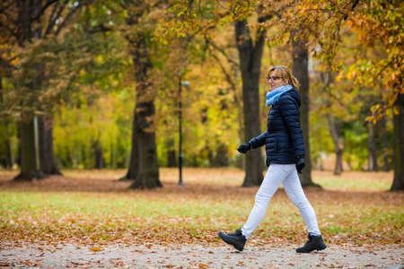 都市公園で歩いている中年女性