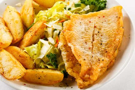 dish fish: Plato de pescados - frito filetes de pescado y verduras Foto de archivo