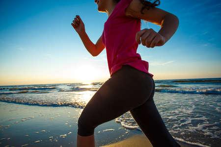 people jumping: Adolescente que correr, saltar en la playa