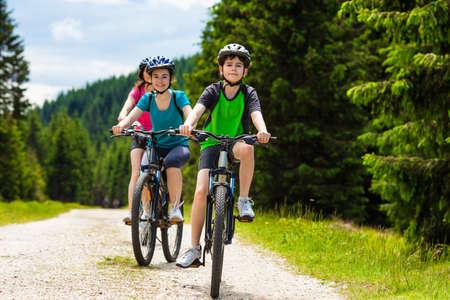 건강 한 라이프 스타일 - 가족 자전거 스톡 콘텐츠