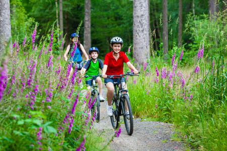 andando en bicicleta: Estilo de vida saludable - ciclismo de familia Foto de archivo