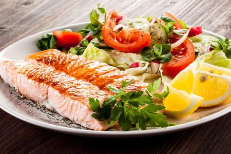 plato de comida: Salmón y verduras a la parrilla Foto de archivo