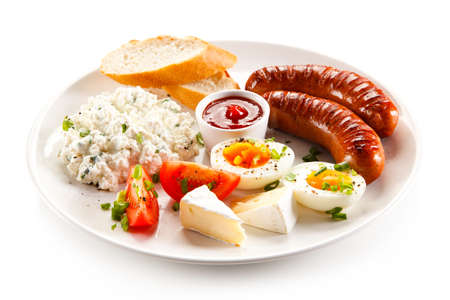 saucisse: Petit-déjeuner - ?uf à la coque, saucisses frites, fromage cottage et légumes