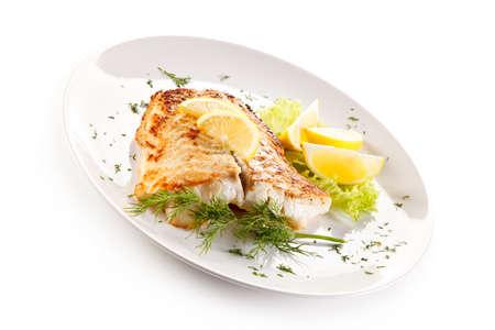 Visschotel - gebakken visfilet en groenten Stockfoto