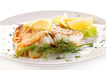 dish fish: Plato de pescados - frito filete de pescado y verduras