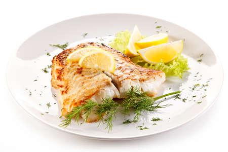 pescado frito: Plato de pescados - frito filete de pescado y verduras