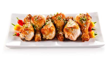 Roast chicken drumsticks and vegetables Foto de archivo
