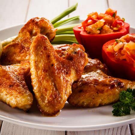 pollo a la brasa: Alitas de pollo a la parrilla Foto de archivo