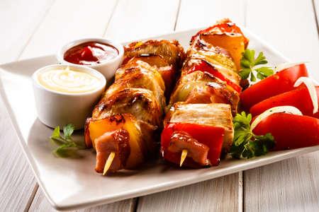 aves de corral: Kebabs - carne a la brasa y verduras