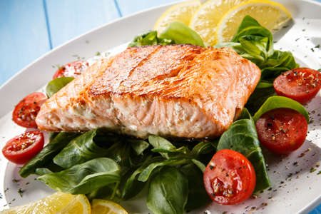 Grilled salmon and vegetables Banque d'images