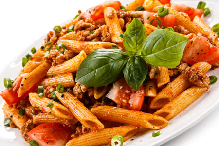 salsa de tomate: Penne con carne, salsa de tomate y verduras Foto de archivo
