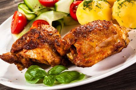 muslos: muslos de pollo y verduras a la parrilla Foto de archivo