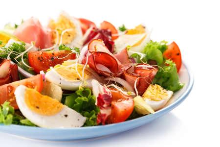 Ensalada - huevos cocidos, jamón ahumado y hortalizas Foto de archivo - 52493385