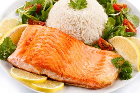 Le saumon et légumes grillés