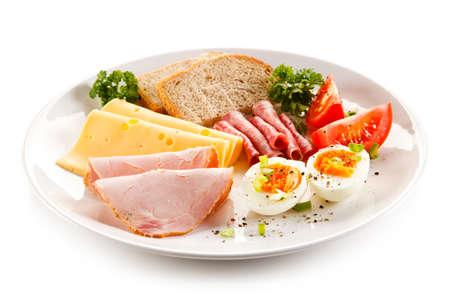 Desayuno - huevo cocido, jamón, queso y verduras Foto de archivo - 55872901