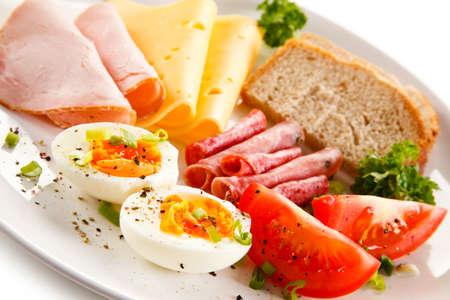Desayuno - huevo cocido, jamón, queso y verduras Foto de archivo - 55872906