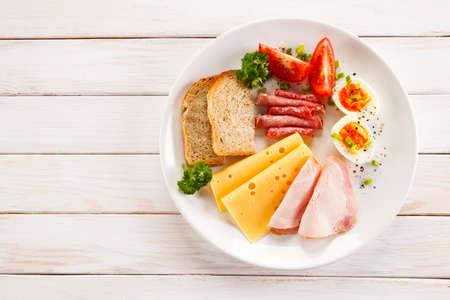 Desayuno - huevo cocido, jamón, queso y verduras Foto de archivo - 56167966