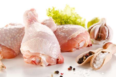 흰색 배경에 원시 닭 다리