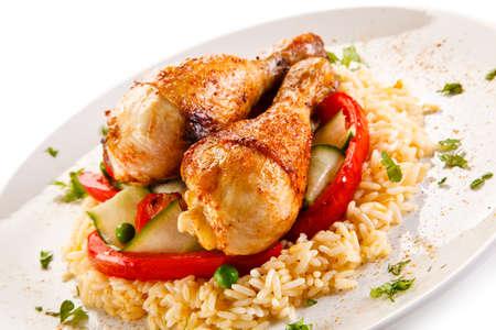 Gebratene Hähnchenkeulen weißer Reis und Gemüse Standard-Bild - 55872889