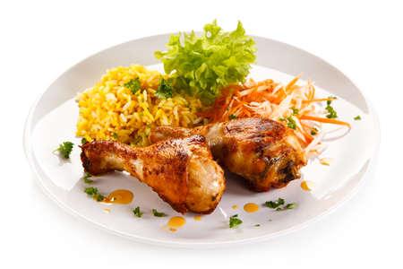 plato de comida: Palillos de pollo asado arroz blanco y verduras