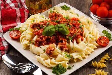 Spaghetti met vlees, tomatensaus en groenten