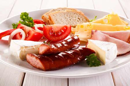 saucisse: Petit-déjeuner - frit saucisses, fromages et légumes jaune