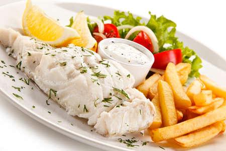 plato de pescado: Plato de pescado - Filete de pescado hervido, patatas y verduras al horno Foto de archivo