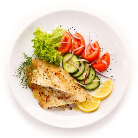 plato de pescado: Plato de pescados - filete de bacalao asado y verduras