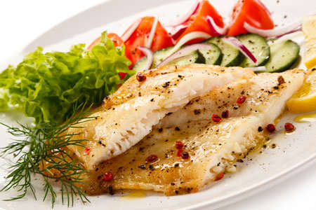 Visschotel - geroosterde kabeljauwfilet en groenten Stockfoto