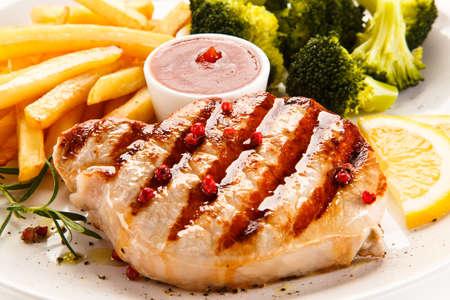 ensalada de verduras: Filete a la plancha, patatas fritas y ensalada de verduras