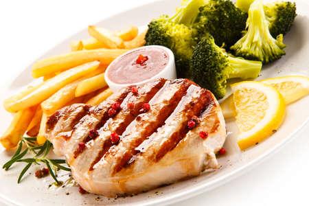 pollo a la brasa: Filete a la plancha, patatas fritas y ensalada de verduras