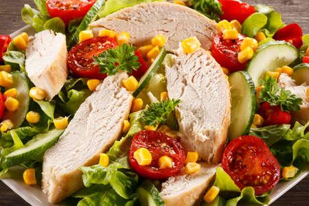 pollo a la brasa: Ensalada de vegetales con pollo y maíz a la parrilla Foto de archivo