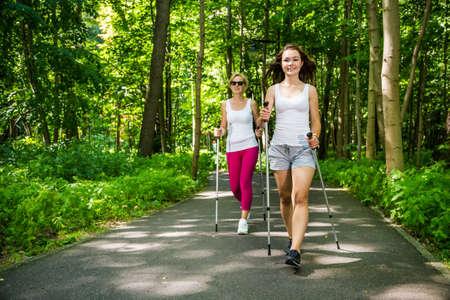 Frauen Nordic Walking im Freien Standard-Bild