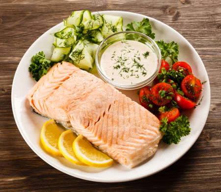 plato de pescado: Salmón asado Foto de archivo