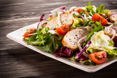 Vegetable salad with grilled chicken Imagens