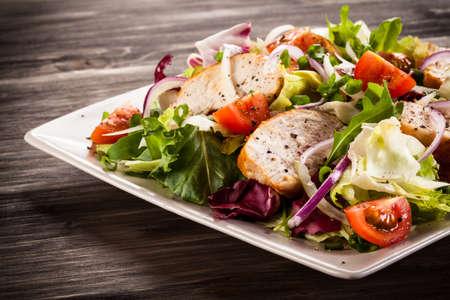 Zöldség saláta grillezett csirke