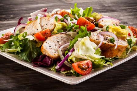 ensalada de verduras: Ensalada de vegetales con pollo Foto de archivo