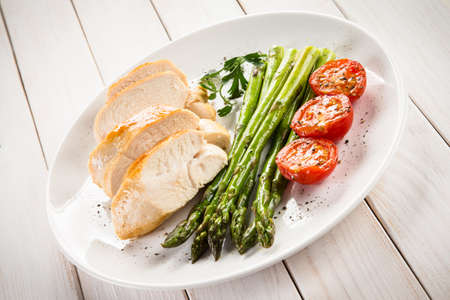 Filet de poulet grillé aux asperges